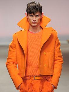 Не стоит составлять комплект из одежды одного цвета. Лучше комбинировать несколько нейтральных цветов (но не более 3), расставляя яркие акценты.