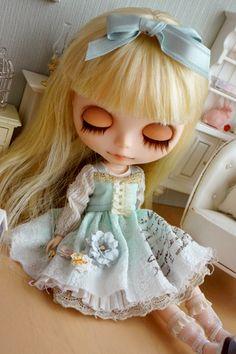 Blythe~~Such a pretty doll. I wish I had some.