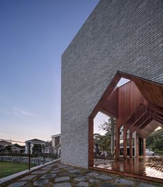 Local firm Rieuldorang Atelier created this stunning residence in Ulsan, South Korea. The design uses negative space in a unique way, forming a corridor that… Brick Architecture, Architecture Magazines, Residential Architecture, Atelier Photo, Journal Du Design, Building A Porch, Amazing Decor, House With Porch, Wood Patio