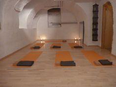 salle de yoga rue de la Loge 6 à La chaux-de-Fonds, Suisse. Tapis de yoga, blocs, coussins #banyann #yoga #meditation #bienetre Logs, Rue, Furniture, Home Decor, Whitewash, Switzerland, Cushions, Room, Decoration Home