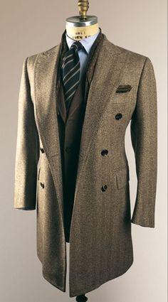Abrigo largo en tweed color neutro. Una magnífica inversión en tu guardarropa, cuando el clima permita lucir tan elegante.