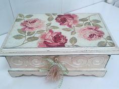 Caja tipo baúl.  #cajashechasamano #regalo #artesanía #decoración #diseño…