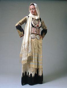 Greek Fashion, Ethnic Fashion, Costumes Around The World, Folk Clothing, Folk Costume, Historical Costume, Color Theory, Greece, Bohemian