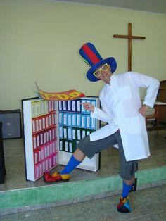 Tia Pink e Dr. Cabeça: Bíblia gigante, feita com caixas de leite, madeira ou papelão