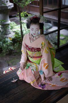 Oiran & Geisha | The maiko Ichiyu and origami cranes. (Source)