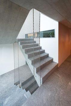 Minimal balustrade of stainless steel wire ropes and webnet.