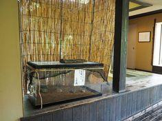 縄文天然温泉 志楽の湯 では、温泉へ続く渡り廊下で「蛍のための家」の準備が始まりました。