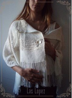 Capa-poncho tejida a mano, con cierre - Hand woven cape poncho wrap with brooch by laslopezla Inkle Loom, Loom Weaving, Hand Weaving, Weaving Designs, Weaving Projects, Sewing Art, Tear, Weaving Techniques, Yarn Crafts