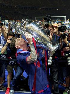 Lionel Messi of FC Barcelona with Champions League trophy during the UEFA Champions League final match between Barcelona and Juventus on June 6 2015 at the Olympic stadium in Berlin Germany.(Photo by VI Images via Getty Images) Barcelona Team, Fc Barcelona Players, Barcelona Shirt, Lionel Messi Barcelona, Barcelona Tattoo, Messi 10, Messi Team, Messi Soccer, Nike Soccer