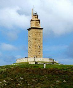La Tour d'Hercule phare de l'Antiquité gréco-romaine à l'entrée du port de La Corogne Espagne, La Tour,construite sur un rocher représentant déjà une altitude de 57 m, atteint les 55m, dont 34 correspondent à la structure du phare romain et 21 à la restauration dirigée par l'architecte Eustaquio Giannini au XVIIIe siècle et qui ajouta à la structure romaine deux formes octogonales. Les fondations romaines du phare ont été dégagées lors de fouilles menées dans les années 1990.