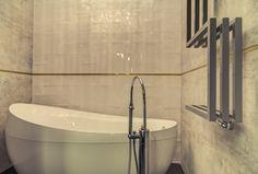 Dekoracyjna wanna w aranżacji łazienki.
