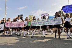 Grupo usou roupa de estudantes em protesto / Ale Silva/Folhapress