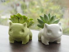 pokemon bulbasaur planter by shamefulsquid. it might be a pokemon, but it's cat-like and I like it. Flower Planters, Flower Pots, Planter Pots, Ceramic Planters, O Pokemon, Pokemon Bulbasaur, Plant Pokemon, Pokemon Diys, Pokemon Decor