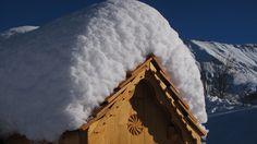Boite aux lettres recouverte de la première chute de neige de l'année, à Albiez. #boite #lettres #albiez #neigefraiche #toit #bois #neige