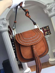 La borsa cuoio, un classico della moda primavera estate – no time for style Chloe Hudson, Louis Vuitton Bags, Indie, Leather Saddle Bags, Kelly Bag, Unique Purses, Cute Handbags, Brown Suede, Fashion Bags