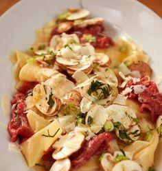 Pur ist Carpaccio eine edle Vorspeise. Mit Pasta kannst du damit so richtig angeben.