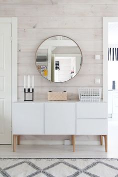 Home Decor Trends Worth Trying: Minimalist Round Metal Framed Mirrors and Statement Mirrors