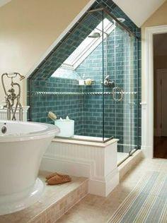 doccia con finestra bagno english style boiserie mattonelle azzurre vetrata doccia, bagno in mansarda, tetto a spioventi, tetto mansardato