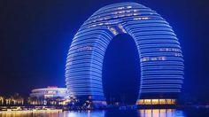 Os edifícios mais caros do mundo! Sheraton Huzhou Hot Spring Resort, China: este edifício de US$ 1,5 bilhão e 27 andares custou tanto quanto o Burj Khalifa, de 163 andares. É que o formato dele é extremamente complexo de se construir, para não mencionar o desafio de erguer uma torre em cima de um lago. (Adam Rifkin/Flickr)
