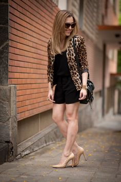 Black dress with leopard print jacket Leopard Print Outfits, Animal Print Outfits, Leopard Fashion, Look Blazer, Look Fashion, Womens Fashion, Casual Looks, Casual Outfits, Rompers