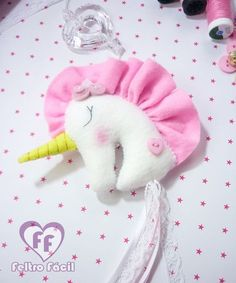 Unicórnio em feltro - molde e passo. Molde de unicórnio. Unicorn Gifts, Unicorn Party, Play Doh Fun, Felt Dragon, Unicorn Wall Art, Unicorn Pictures, Building For Kids, Inspiration For Kids, Sock Yarn