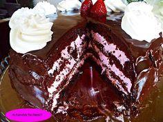 Μια τούρτα...όνειρο! Είναι ''αφρός''!!! Ο συνδιασμός σοκολάτα-φράουλα...θεικός!!! ΤΟΥΡΤΑ ''ΣΟΚΟΛΑΤΟΦΡΑΟΥΛΕΝΙΟ ΟΝΕΙΡΟ''!!! Μετα τη πάστα ταψιου της Σόφης νομίζω οτι και με αυτη θα γίνει πάταγος  ΥΛΙΚΑ ΓΙΑ ΤΟ ΠΑΝΤΕΣΠΑΝΙ 5 αυγα 125 γρ.ζάχαρη 125 γρ.αλεύρι 2 κ.γ μπέικιν 1 βανίλια 30 γρ.κακάο ΕΚΤΕΛΕΣΗ Χτυπάω τα αυγά με … Greek Sweets, Greek Desserts, Party Desserts, Greek Recipes, Dessert Recipes, Sweets Cake, Cupcake Cakes, Lila Pause, Chocolate Sweets