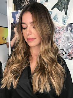 Our hairstylist Camila Oliveira showed us an example of enlightened dark golden honey and hazelnut tones to inspire a new look! Brown Blonde Hair, Light Brown Hair, Brunette Hair, Cabelo Ombre Hair, Balayage Hair, Short Hair Wigs, Short Hair Styles, Stylish Short Hair, Honey Hair