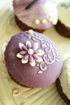love the colors on these vintage cupcakes