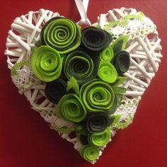 Cuore di legno decorato con rose in feltro fatti a mano