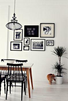 Pared decorada con composici n de cuadros con marcos for Composicion cuadros pared
