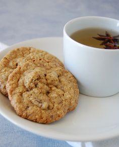 Oatmeal cookies with golden raisins and milk chocolate chips / Cookies de aveia com passas e chocolate ao leite by Patricia Scarpin, via Fli...