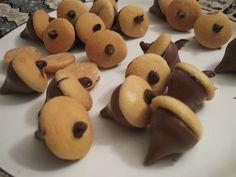 How cute are these acorns? Hershey kisses, mini Nilla wafers & mini chocolate chips