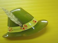 "vintage 1930s Bakelite 'hat' brooch with applied celluloid 'feather' - measures 2"" by 2-1/2"""