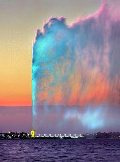 King Fahd's Fountain, also known as the Jeddah Fountain, is the tallest of its type of fountain in the world. Jeddah, Saudi Arabia by Essam Al Hedek Beautiful Sky, Beautiful World, Beautiful Places, Beautiful Pictures, Places Around The World, Around The Worlds, Jeddah Saudi Arabia, Destinations, Asia