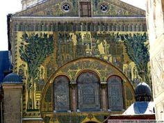 Detalle de los mosaicos y dibujos que cubren la fachada de la Gran Mezquita de Damasco.