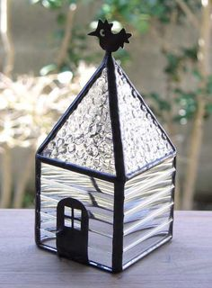 打ち出し模様の透明ガラスを組み合わせたステンドグラスのオーナメントです。窓辺にテーブルにいろいろな場所に置けるステンドグラスの作品です。大きさは高さ 15セン... ハンドメイド、手作り、手仕事品の通販・販売・購入ならCreema。