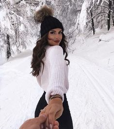 White knit sweater with a black beanie. visit daily dress me at Winter Mode Outfits, Winter Fashion Outfits, Autumn Winter Fashion, Trendy Fashion, Winter Snow Outfits, Fashion 2018, 90s Fashion, Fall Fashion, School Fashion