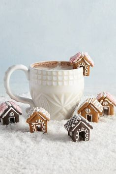 You Need to Be Adding Mini Gingerbread Houses to Your Hot Ch .- You Need to Be Adding Mini Gingerbread Houses to Your Hot Chocolate Sweet gingerbread houses as an edible table decoration - Christmas Gingerbread House, Noel Christmas, Christmas Goodies, Christmas Desserts, Christmas Treats, Holiday Treats, Holiday Recipes, Christmas Decorations, Gingerbread Houses
