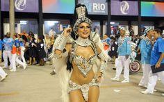 Madrinha de bateria, Bruna Bruno aguarda início do desfile da União da Ilha do Governador