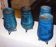 Vases au nom de Ramsès II exposé au Musée du Louvre.  Vases dans lesquels les égyptiens déposaient les viscères des défunts. Au nombre de quatre, surmontés d'une tête, ils contenaient respectivement le foie, les poumons, l'estomac et l'intestin. Avec l'usage et le temps, les têtes finirent par représenter les quatre fils d'Horus protecteurs des organes momifiés : Amset à la tête d'homme, Douamoutef à la tête de chien, Hâpi à la tête de singe et Qébéhsénouf à la tête de faucon.