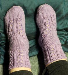 Kun löytyi kaunis Bluebell rib ja halu kokeilla vähän erilaista sukkamallia, yhdistelmästä syntyi Helikellot -sukat.   Edit. ...