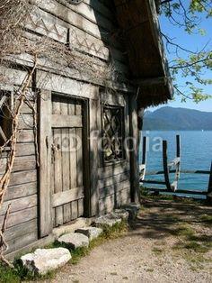 Nachbau eines Wikingerhaus im Wikingerdorf am Walchensee in der Gemeinde Kochel am See in Oberbayern