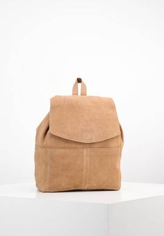 """mint&berry. Rucksack - tan. Pattern:plain. Fastening:Magnet. length:12.0 """" (Size One Size). width:6.5 """" (Size One Size). Lining:Cotton. carrying handle:3.0 """" (Size One Size). Outer material:leather. height:14.0 """" (Size One Size)"""