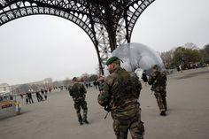 Quatro cartunistas estão entre os mortos no ataque em Paris