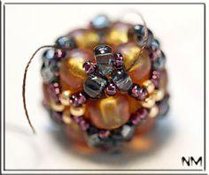 Плетеная бусина - оплетенный кубик из бисера. Мастер-класс.