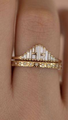 Art deco inspired baguette diamond and gold engagement ring and wedding band. Art deco inspired baguette diamond and gold engagement ring and wedding band. Jewelry Box, Jewelry Rings, Jewelry Accessories, Fine Jewelry, Jewelry Design, Jewellery, Jewelry Ideas, Bling Bling, Bijoux Art Deco