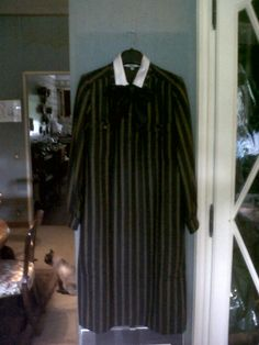 70s robe manteu. Wood and silk collar and bow