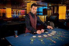 Ist es schon immer ein Traum von dir umgeben von blinkenden Lichtern, mit klappernden Jetons und in einer einmaligen, luxuriösen Casinoatmosphäre zu arbeiten? Welcher Job würde sich da besser eignen, als der Job als Croupier. Als Croupier bist du verantwortlich für den reibungslosen Ablauf eines Tischspiels, wie beispielsweise Roulette, Poker oder BlackJack.  Wie wird man Croupier?