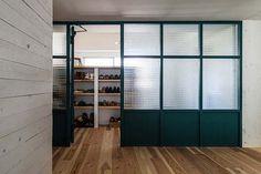 <p>チェッカーガラス越しに採光。壁ではなくパーティションで間仕切るほうが、印象軽やか。</p>