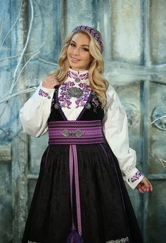 Beltestakk lilla Norwegian Clothing, Classy Outfits, Classy Clothes, Ethnic Fashion, Victorian Era, Traditional Dresses, Fashion Outfits, Wedding Dresses, Lady